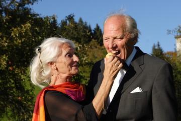 Frau lässt mann von Apfel beissen