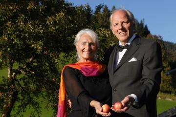 Paar hält Äpfel in der Hand