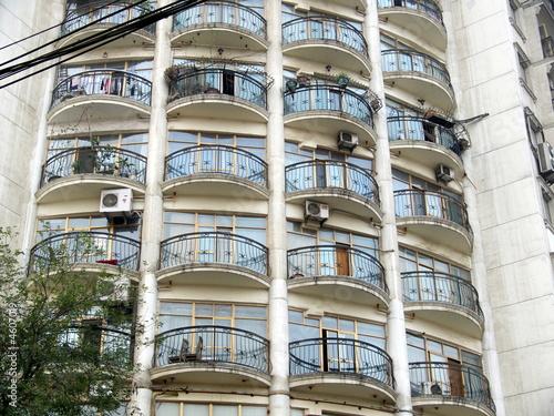 Immeuble moderne avec balcons de fer ronds chine photo for Image immeuble moderne