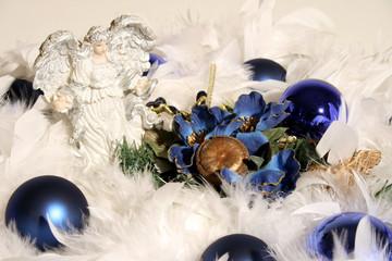 weißer Engel umgeben von blauen Kugeln