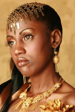 model fashion in gold