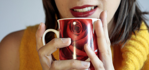 ragazza con tazza in mano