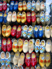 Stores à enrouleur Amsterdam colorful shoe display in Amsterdam shop