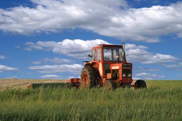 Traktor auf Sommerwiese