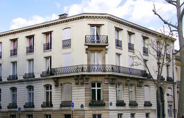 Façade blanche en coin avec balcon, Paris, France