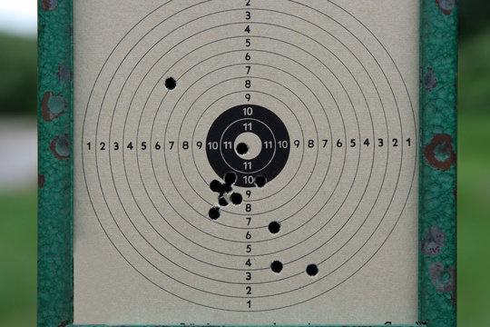 Treffer - Zielscheibe mit Einschlagslöchern