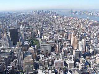 Blick von wolkenkratzer auf halbinsel manhattan in new york