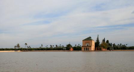 bassin et pavillon du jardin de la ménara à Marrakech