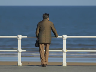 Anciana mirando al mar