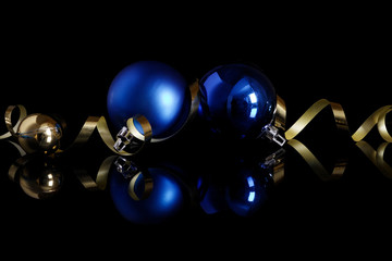 Boules de noël bleue sur laque noir