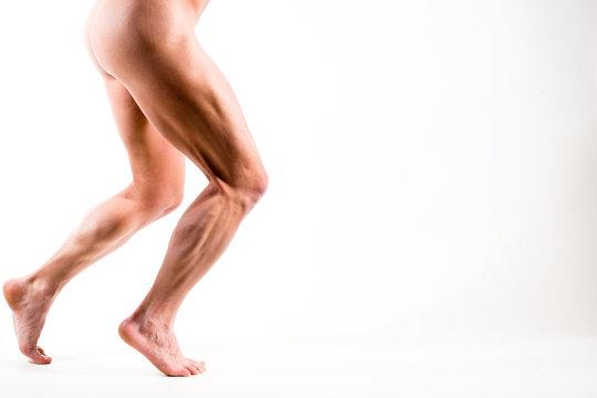 Nackte Beine gehen von links nach rechts auf weiß