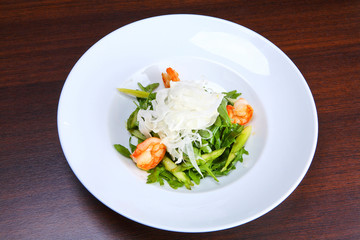 Green salad with king prawns, fennel and Roquefort cheese