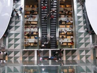 Einkaufszentrum mit rolltreppen in manhattan new york usa