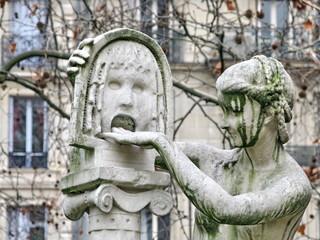 Femme mettant la main dans la bouche de la vérité