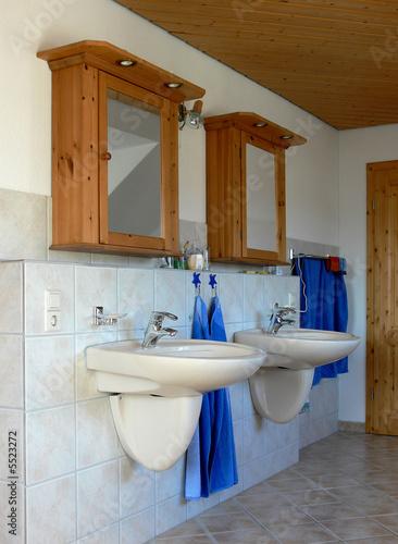 badezimmer mit zwei waschbecken und spiegelschrank stockfotos und lizenzfreie bilder auf. Black Bedroom Furniture Sets. Home Design Ideas