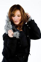Hübsche Frau in modischer Winterkleidung