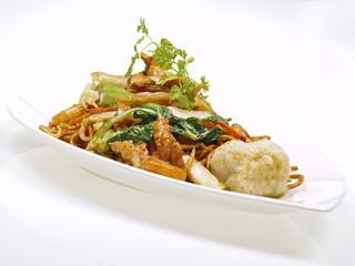 cinesisches hühnchen mit tofu und nudeln