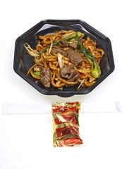 cinesisches take away rindfleisch mit nudeln und glückskeks