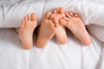 petits pieds dans lit