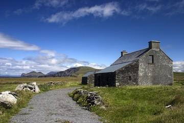 Ein altes Cottage an Irlands Küste.