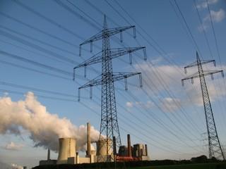 Kraftwerk und Stromleitungen