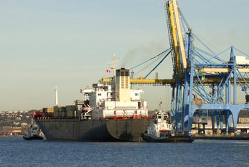 Navire cargo à quai