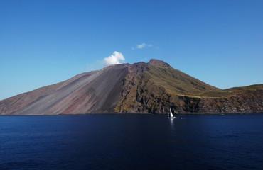 vulcano di Stromboli visto dal mare