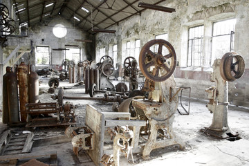 Photo sur Aluminium Les vieux bâtiments abandonnés Old abandoned factory with useless rusty machinery.