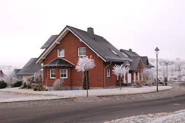Brauner Steinhaus im Winter