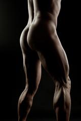 Muskulöser nackter Mann vor schwarzem Hintergrund