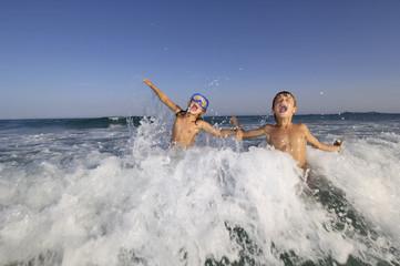 Bambini fanno il bagno in mare