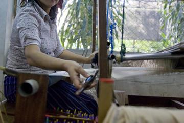 Passge de la navette - tissage de la soie