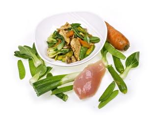 gebratenes hühnchen mit chinesischen gemüsen