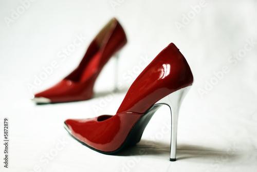 rote pumps stockfotos und lizenzfreie bilder auf bild 5872879. Black Bedroom Furniture Sets. Home Design Ideas