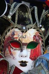 masque vert et rouge