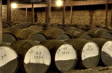 Whiskyfässer in einem Lagerhaus