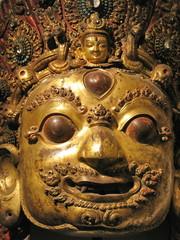Masque de divinité asiatique, métal doré