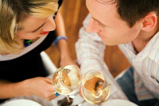 Paar mit Wein