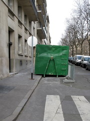 Benne verte dans une rue, Paris