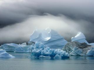 Iceberg dans la brume matinale