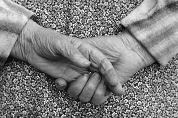 Mains dans le dos