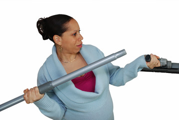 femme montant l'embout d'un aspirateur