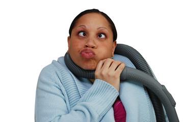 femme avec un tuyau d'aspirateur autour du cou