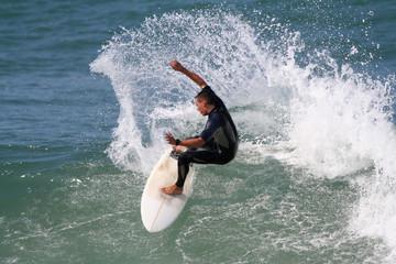 surfeur qui fait une manoeuvre sur une vague