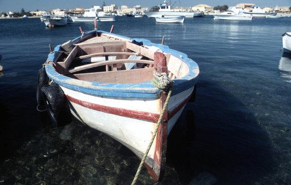 Fischerboot im Hafen von Marzamemi, Südsizilien