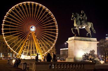 place bellecour à lyon grande roue et statue de louis XIV