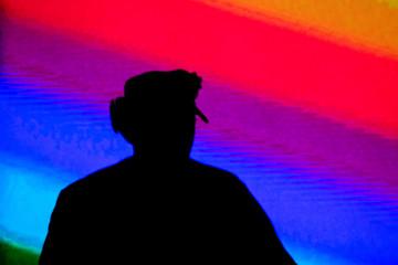 Ombre de Disc Jokey sur fond coloré
