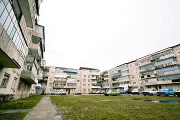Quartier de banlieue pauvre avec immeubles gris