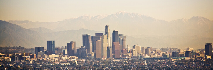 Spoed Fotobehang Los Angeles Los Angeles skyline with mountains behind