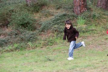 garçon entrain de courir dans les bois